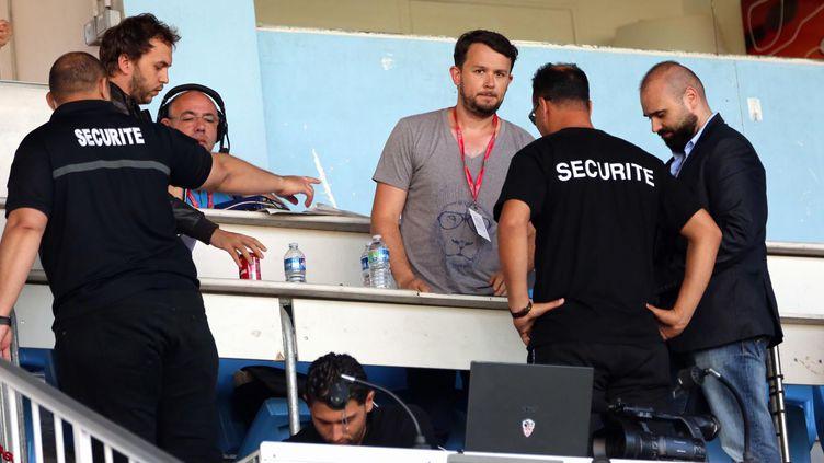 Un journaliste de la Nouvelle République, Frédéric Launay (en gris), expulsé du stade de la Vallée du Cher par la sécurité du Tours FC, le 29 juillet 2016. (MAXPPP)