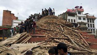 """""""Autour de moi, les murs des maisons se sont effondrés dans la rue. Toutes les familles sont dehors dans la cour, blotties les unes contre les autres, les secousses continuent"""", rapportait un journaliste de l'AFP à Katmandou. (NAVESH CHITRAKAR / REUTERS)"""