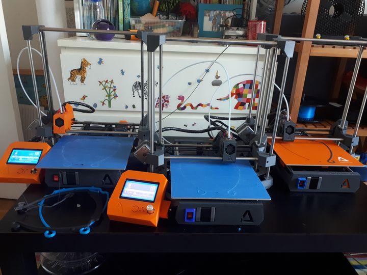 Les trois imprimantes 3Dpermettent de produire six masques par heure. (SOPHIE DELPONT / RADIOFRANCE)