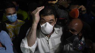 Roberto Marrero, chef de cabinet du leader de l'opposition vénézuélienne Juan Guaido, quitte le siège du Service national de renseignement bolivarien (SEBIN) à Caracas (Venezuela),aprèsavoir été gracié parle présidentNicolas Maduro, le 31 août 2020. (FEDERICO PARRA / AFP)