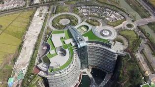 La Chine est devenue un terrain de jeu incroyable pour les architectes. À Shanghai, une ancienne carrière désaffectée a été reconvertie en hôtel 5 étoiles. (FRANCE 2)