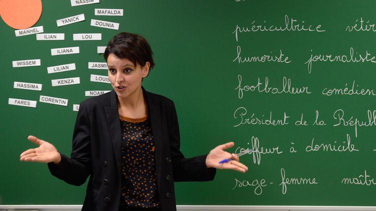 Najat Vallaud-Belkacem lors d'une visite sur le thème des ABCD de l'égalité dans une école primaire de Villeurbanne (Rhône), alors qu'elle était ministre des Droits des femmes, le 13 janvier 2014. (PHILIPPE DESMAZES / AFP)