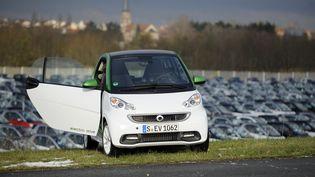 Une version électrique de la Smart Fortwo près de l'usine Smart de Hambach (Moselle), le 11 décembre 2012. (JEAN-CHRISTOPHE VERHAEGEN / AFP)