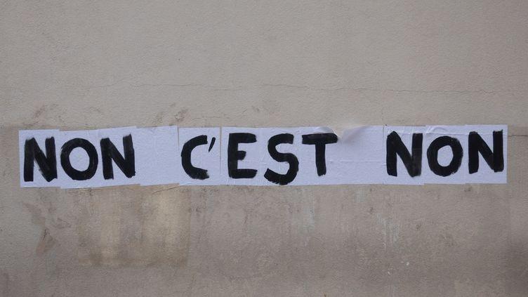 """La phrase """"non c'est non"""" collée sur un mur de Paris par un collectif féministe, photographiée le 5 juin 2020. (GEORGES GONON-GUILLERMAS / HANS LUCAS / AFP)"""