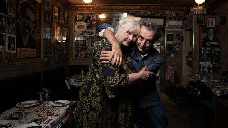 Yolande Moreau et François Morel dans l'un des cafés favoris de Georges Brassens à Paris, le 17 septembre 2021. (JOEL SAGET / AFP)
