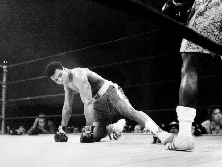 """Mohamed Ali à terre face à Joe Frazier au Madison Square Garden le 5 mars 1971 dans le """"combat du siècle"""""""