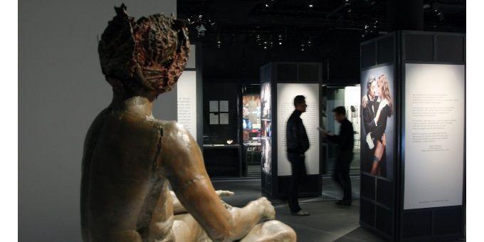 La sculpture de Claude Lalanne, l'Homme à la tête de chou  (PATRICK KOVARIK / AFP)