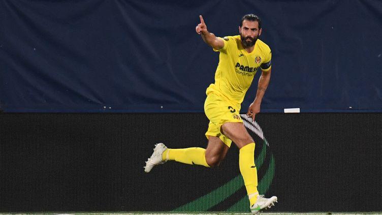Raúl Albiol (Villarreal) buteur contre Arsenal, le 29 avril 2021. (JOSE JORDAN / AFP)