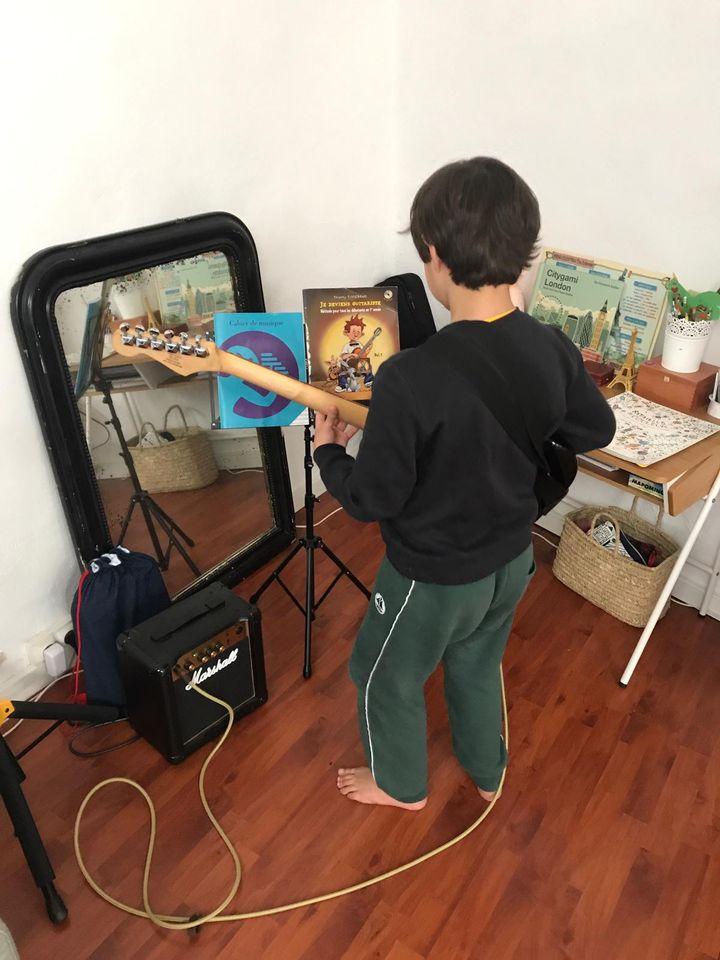 Le fils de Lisa, César, joue de la guitare électrique, le 18 mars 2020. (LISA / FRANCEINFO)