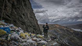 """Un mineur rentre chez lui à La Rinconada, Pérou. Un photo de James Whitlow Delano dans le cadre de l'exposition """"Une planète noyée dans le plastique"""". (JAMES WHITLOW DELANO)"""