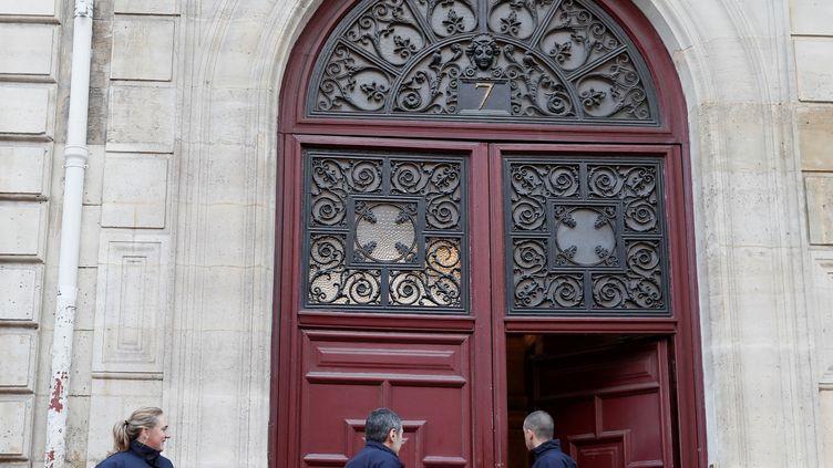 Des policiers se trouvent devant l'hôtel particulier où a eu lieu le braquage de Kim Kardashian, à Paris, le 3 octobre 2016. (THOMAS SAMSON / AFP)