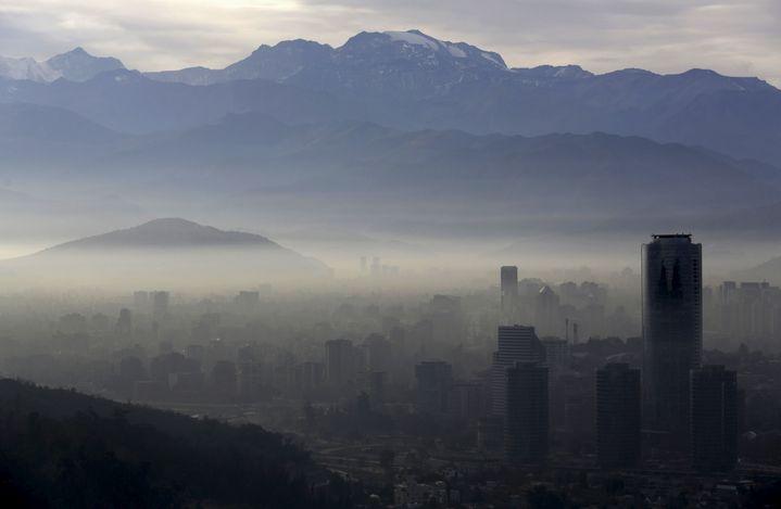 """La ville de Santiago a été placée en """"état d'urgence environnementale"""", lundi 22 juin 2015, alors que le Chili accueille la Copa America de football. (UESLEI MARCELINO / REUTERS)"""