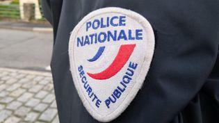 L'écusson Police nationale - Sécurité publique (illustration). (PIERRE-ANTOINE LEFORT / RADIOFRANCE)