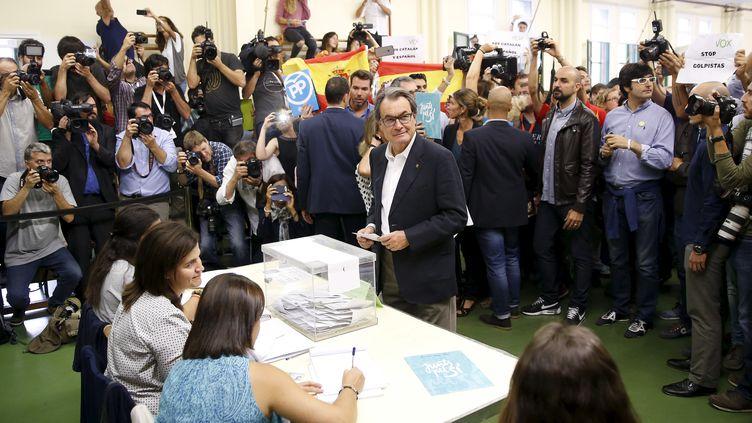 Le président de la Catalogne, Artur Mas, dans un bureau de vote, le 27 septembre 2015 à Barcelone (Espagne). (ANDREA COMAS / REUTERS)