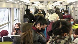 Le télétravail est largement mis en place dans certaines professions, et pourtant, les trains, RER et métros sont toujours bondés aux heures de pointe à Paris et en Île-de-France. (France 2)
