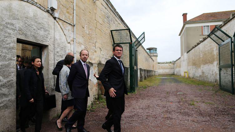 Le Premier ministre, Manuel Valls, et le ministre de la Justice, Jean-Jacques Urvoas, visitent une prison à Caen (Calvados), le 13 juin 2016. (CHARLY TRIBALLEAU / AFP)