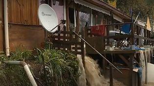 En raison des intempéries dans le sud-est de la France, beaucoup d'habitants ont vécu de belles frayeurs dans la nuit de samedi 23 à dimanche 24 novembre, au plus fort de l'épisode méditerranéen. C'est le cas d'une famille, qui a vu sa maison coupée en deux par un torrent de boue, à Bouyon (Alpes-Maritimes). (FRANCE 3)