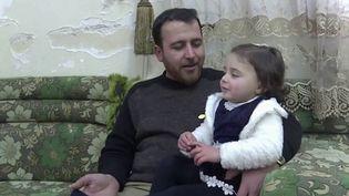 Comment vivre sous les bombes avec ses enfants ? Deux mois après la reprise de son offensivedansla région d'Idlib, en Syrie, le régime de Bachar al-Assad bombarde sans cesse ce dernier bastion des jihadistes et des rebelles. Un père a trouvé un stratagème touchant pour sa fille : la faire rire. (FRANCE 3)