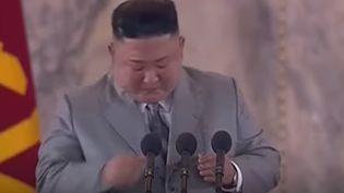 Le dirigeant nord-coréen Kim Jong-un en larmes lors de son discours à l'occasion du 75e anniversaire du régime, le 10 octobre 2020 à Pyongyang (CAPTURE D'ECRAN YOUTUBE / KOREAN CENTRAL TELEVISION)