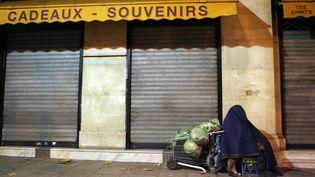 Un sans-abri dans les rues de Paris, le 28 décembre 2005. (THOMAS COEX / AFP)