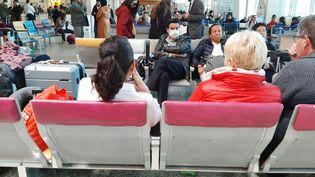 Des passagers attendent leur vol à l'aéroport de Tanger (Maroc), le 14 mars 2020. (AFP)