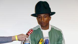 """Pharrell Williams le 24 février 2014 à Paris, en conférence de presse pour présenter son nouvel album solo """"G I R L"""".  (Thomas Samson / AFP)"""