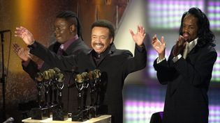 Earth, Wind and Fire entre au Rock and Roll Hall of Fame, à New York, le 6 mars 2000. Maurice White est au centre. (STAN HONDA / AFP)