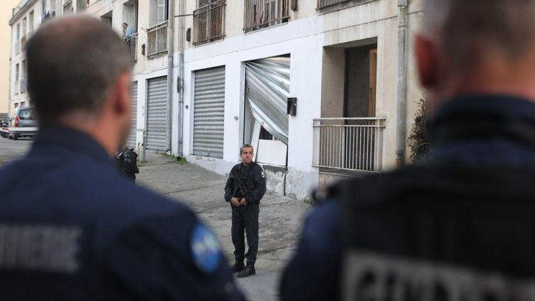 Des gendarmes surveillent les abordsd'une mosquée attaquée en représailles à des agressions contre des pompiers, le 26 décembre à Ajaccio (Corse-du-Sud). (YANNICK GRAZIANI / AFP)