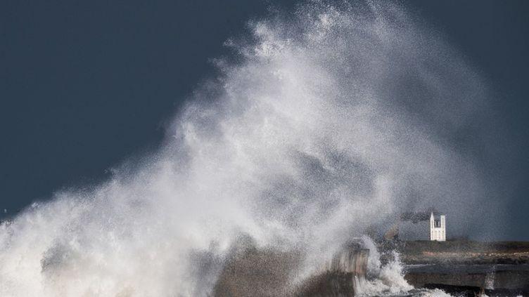 La mer déchainée àPlobannalec-Lesconil, dans le Finistère, lors de la tempête Bella, le 23 décembre 2020. (LOIC VENANCE / AFP)