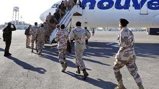 D'anciens rebelles ayant rejoint les rangs de l'armée libyenne, embarquent dans un avion pour l'Italie, le 9 janvier 2014. (MAHMUD TURKIA / AFP)