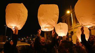 Des manifestants contre la réforme des retraites lâchent des lampions à Marseille, le 23 janvier 2020. (CHRISTOPHE SIMON / AFP)
