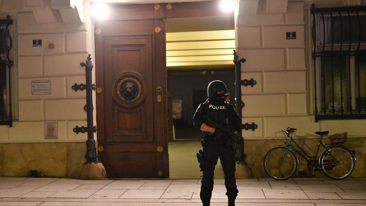 Un policier armé, devant le ministère de l'Intérieur à Vienne (Autriche), le 2 novembre 2020. (JOE KLAMAR / AFP)