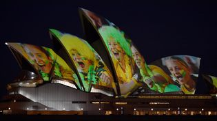 L'opéra de Sydney est éclairé, le 24 juin 2020, en soutien à la candidature conjointe de l'Australie et de la Nouvelle-Zélande à l'organisation du Mondial-2023 féminin de foot. (PETER PARKS / AFP)