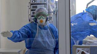Les services de soins intensifs en charge des patients atteints par le Covid-19, comme celui de l'hôpital Ariana Mami, près de Tunis, manquent de respirateurs artificiels. (FETHI BELAID / AFP)