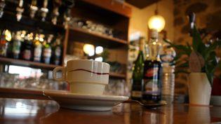 Une tasse à café sur un comptoir dans un café à Rodez (Aveyron). (MAXPPP)