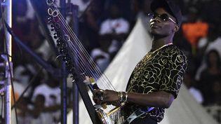 Le chanteur Sidiki Diabate sur scène lors des funérailles du chanteur DJ Arafat à Abidjan en Côte d'Ivoire le 30 août 2019. (ISSOUF SANOGO / AFP)