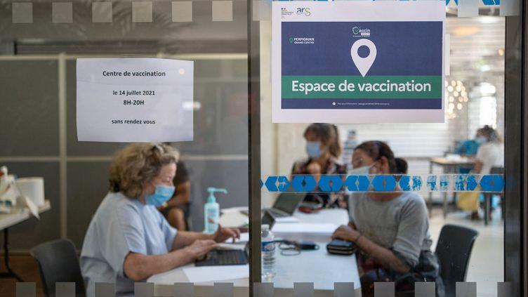 Une opération éphémere de vaccination contre le Covid-19 à la gare de Perpignan (Pyrénées-Orientales), le 14 juillet 2021. (JEANNE MERCIER / HANS LUCAS)