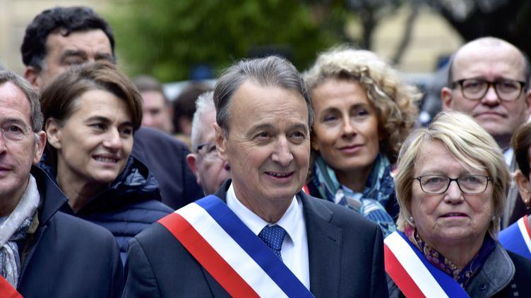 Le maire deClichy-la-Garenne, Rémi Muzeau, manifeste avec d'autres élus contre les prières de rue, le 10 novembre 2017, àClichy-la-Garenne (Hauts-de-Seine). (CITIZENSIDE / PATRICE PIERROT / AFP)