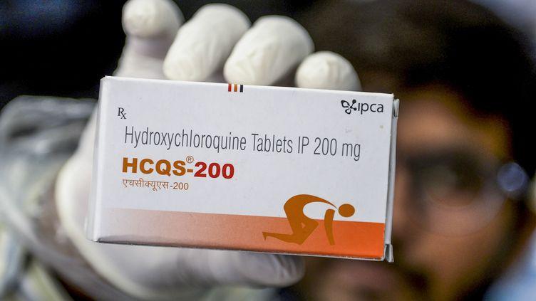 Une boîte de comprimés d'hydroxychloroquine présenté par un pharmacien d'Hyderabad (Inde), le 28 avril 2020. (NOAH SEELAM / AFP)