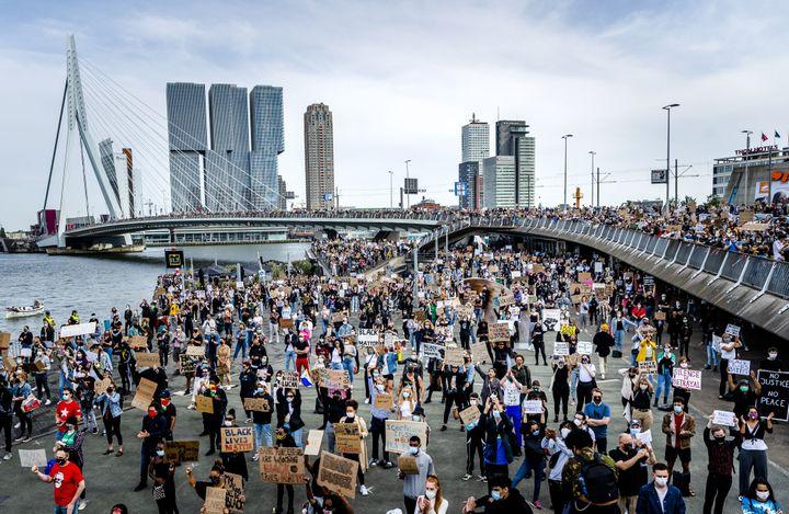 Une foule de manifestants envahit le pont Érasme de Rotterdam (Pays-Bas) le 3 juin 2020 après le meurtre de George Floyd. (REMKO DE WAAL / ANP MAG / AFP)