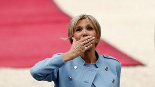 Brigitte Macron salue le public avant la cérémonie d'investiture de son époux, Emmanuel Macron. (YOAN VALAT/AP/SIPA)