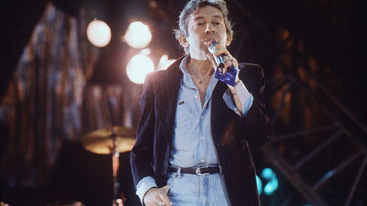Serge Gainsbourg sur le plateau de Canal+ en 1985, pour le premier anniversaire de la chaîne cryptée. (PASCAL GEORGE / AFP)