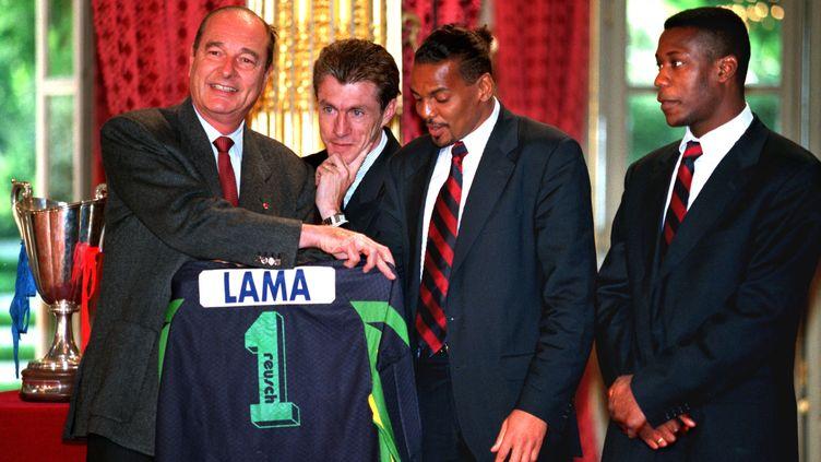Bernard Lama et Luis Fernandez avec Jacques Chirac à l'Elysée après la victoire en Coupe des Coupes  (? CHARLES PLATIAU / REUTERS / X00217)
