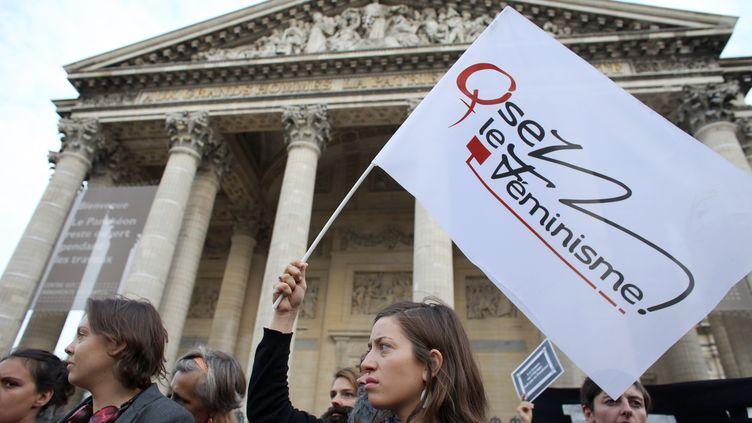 Des militantes féministes lors d'une manifestation devant le Panthéon,le 26 août 2013, afin de réclamer l'inhumation de femmes dans le monument. (THOMAS SAMSON / AFP)