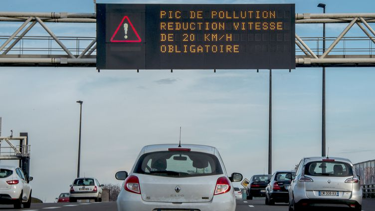 Réduire sa vitesse est l'une des mesures prises en cas de pic de pollution en ville (2016). (PHILIPPE HUGUEN / AFP)