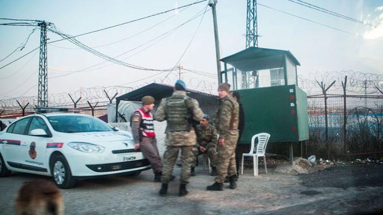 (La confiscation de la carte d'identité permet d'empêcher le passage par la Turquie © MAXPPP)