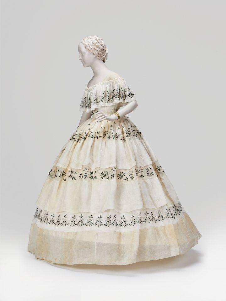 Une robe entièrement brodée d'ailes de scarabées. (Fondation Vassiliev)