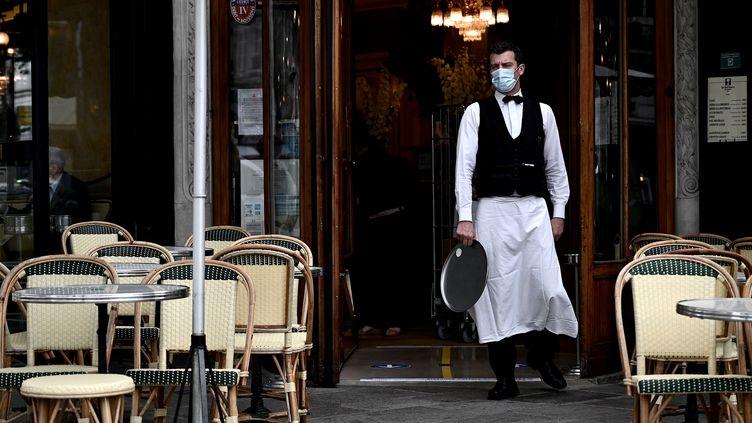 Un serveur sur une terrasse d'un café parisien, le 15 juin 2020 (photo d'illustration). (PHILIPPE LOPEZ / AFP)