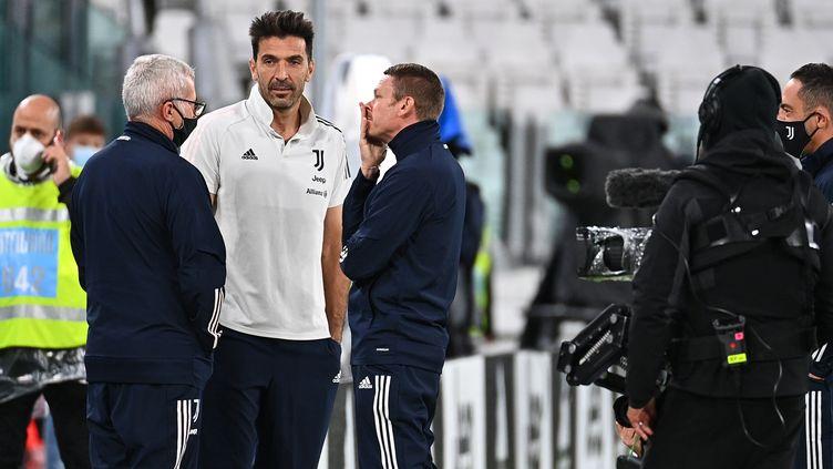 Le guardien de la Juventus de Turin discute avec son staff le 4 octobre 2020. La rencontre avec Naples n'a pas pu avoir lieu car les joueurs napolitains de ne sont pas présentés en raison de l'épidémie de Covid-19. (VINCENZO PINTO / AFP)