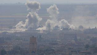 Des bombardements turcs visant les forces kurdes ans la ville de Ras al-Ain, en Syrie, le 15 octobre 2019. (STOYAN NENOV / REUTERS)